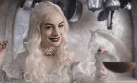 Anne Hathaway in Alice in Wonderland - Bild 76