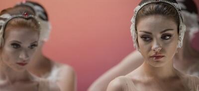 Sarah Hay hinter Mila Kunis in Black Swan