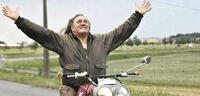 Bild zu:  Genießt den Fahrtwind: Gérard Depardieu in Mammuth