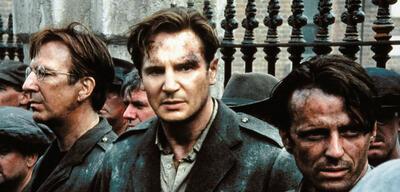 Liam Neeson (m.) in der Rolle des Michael Collins