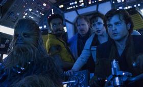 Solo: A Star Wars Story mit Woody Harrelson, Emilia Clarke, Donald Glover, Alden Ehrenreich und Joonas Suotamo - Bild 1