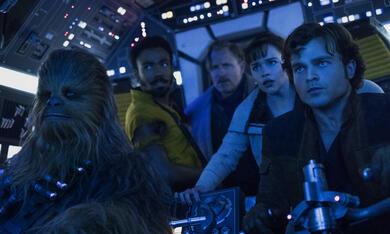 Solo: A Star Wars Story mit Woody Harrelson, Emilia Clarke, Donald Glover, Alden Ehrenreich und Joonas Suotamo - Bild 7