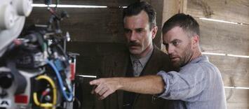 Bild zu:  Paul Thomas Anderson mit Daniel Day-Lewis am Set von There Will Be Blood