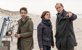 Nord Nord Mord: Sievers und die Tote im Strandkorb mit Peter Heinrich Brix, Oliver Wnuk und Julia Brendler - Bild 18