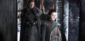 Arya und Sansa Stark stehen Seite an Seite