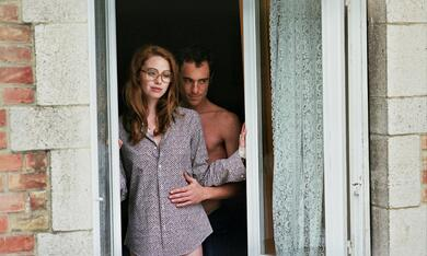The Lady in the Car with Glasses and a Gun mit Freya Mavor und Elio Germano - Bild 3