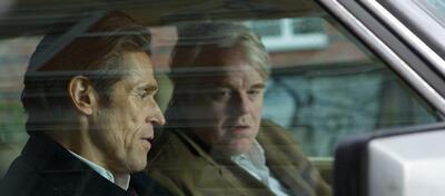 Willam Dafoe und Philip Seymour Hoffman in A Most Wanted Man