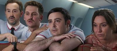 Die verrückten Stewards müssen die Passagiere bei Laune halten