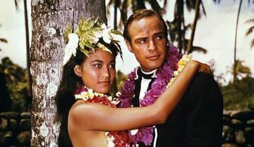Marlon Brando mit Filmpartnerin Tarita Teriipaia, mit der er auch viele Jahre zusammen war.