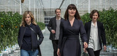 Kelly MacDonald und Faye Marsay in Hated in the Nation (Black Mirror - Staffel 3, Episode 6)