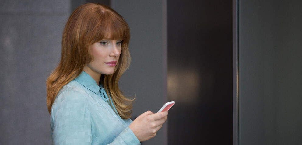 Black Mirror - Staffel 3, Episode 1: Nosevide mit Bryce Dallas Howard und Alice Eve