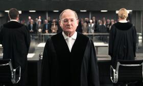 Terror - Ihr Urteil mit Burghart Klaußner - Bild 9