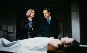 M - Eine Stadt sucht einen Mörder, M - Eine Stadt sucht einen Mörder - Staffel 1 mit Johanna Orsini-Rosenberg und Dominik Maringer - Bild 2