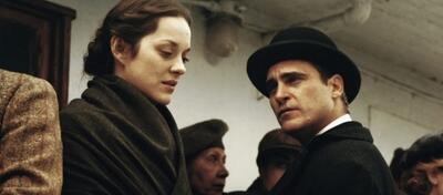 Marion Cotillard und Joaquin Phoenix in gedämpftem Sepia