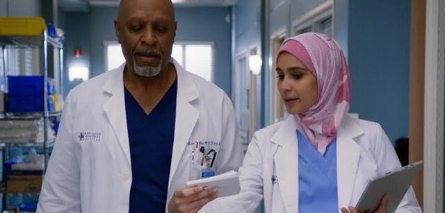 Grey's Anatomy: Dr. Webber (James Pickens Jr.) mit Dr. Dahlia Qadri (Sophia Ali)