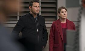 Grey's Anatomy - Die jungen Ärzte Staffel 14, Grey's Anatomy - Die jungen Ärzte - Staffel 14 Episode 7 mit Ellen Pompeo und Justin Chambers - Bild 41