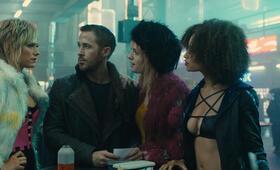 Blade Runner 2049 mit Ryan Gosling, Mackenzie Davis, Carla Juri und Elarica Johnson - Bild 4