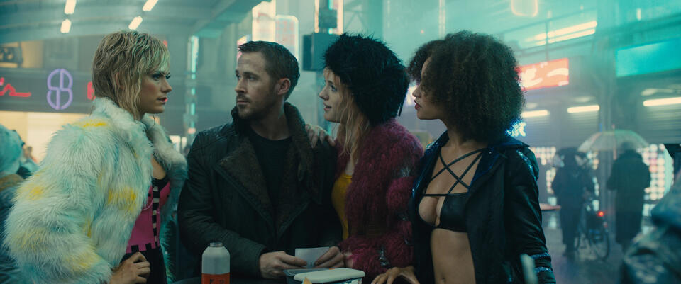 Blade Runner 2049 mit Ryan Gosling, Mackenzie Davis, Carla Juri und Elarica Johnson