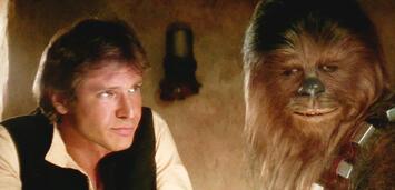Bild zu:  Han und Chewbacca lauschen gebannt in der Star Wars-Cantina