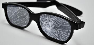 Bild zu:  Walking on walking on broken glass...