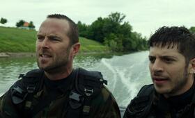 Renegades - Mission of Honor  mit Sullivan Stapleton und Dimitri Leonidas - Bild 5