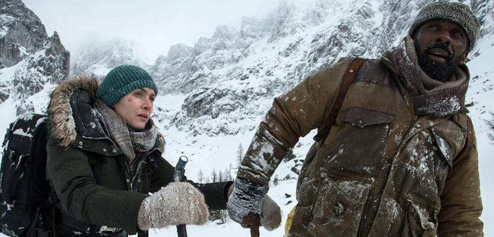 Kate Winslet und Idris Elba in The Mountain Between Us