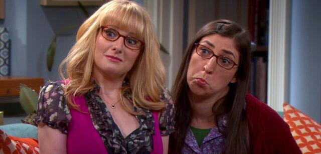 Melissa Rauch undMayim Bialik in The Big Bang Theory