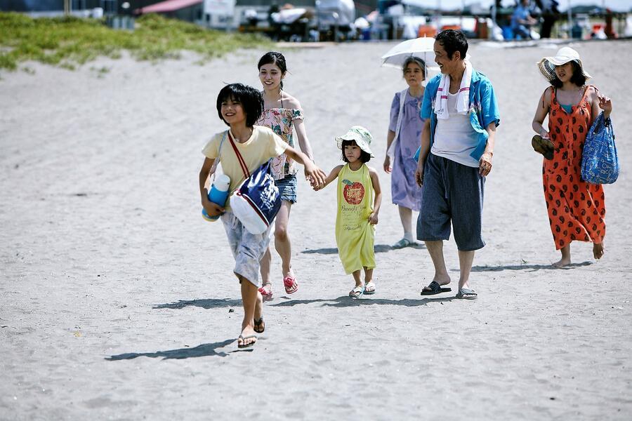 Shoplifters - Familienbande mit Sakura Ando, Kirin Kiki, Lily Franky, Miyu Sasaki, Jyo  Kairi und Mayu Matsuoka