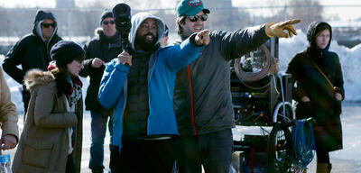 Bradford Young (links) am Set von A Most Violent Year