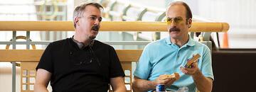 Vince Gilligan (links) mit Bob Odenkirk am Set von Better Call Saul