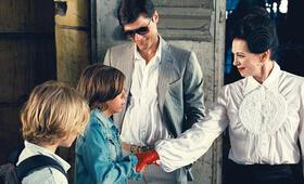 Q (Iris Berben) reicht Patrick (Bruno Schubert) die Hand. Luk (Justus Kammerer) und Munroe (Stipe Erceg) beobachten die beiden dabei. - Bild 2