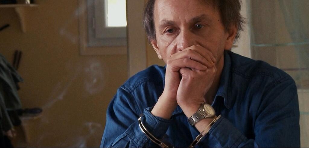 Michel Houellebecq in Die Entführung des Michel Houellebecq in Handschellen