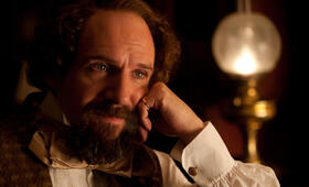 Ralph Fiennes in The Invisible Woman - Bild 82