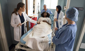 Grey's Anatomy - Staffel 15, Grey's Anatomy - Staffel 15 Episode 19 mit Camilla Luddington, Sophia Ali und Khalilah Joi - Bild 7