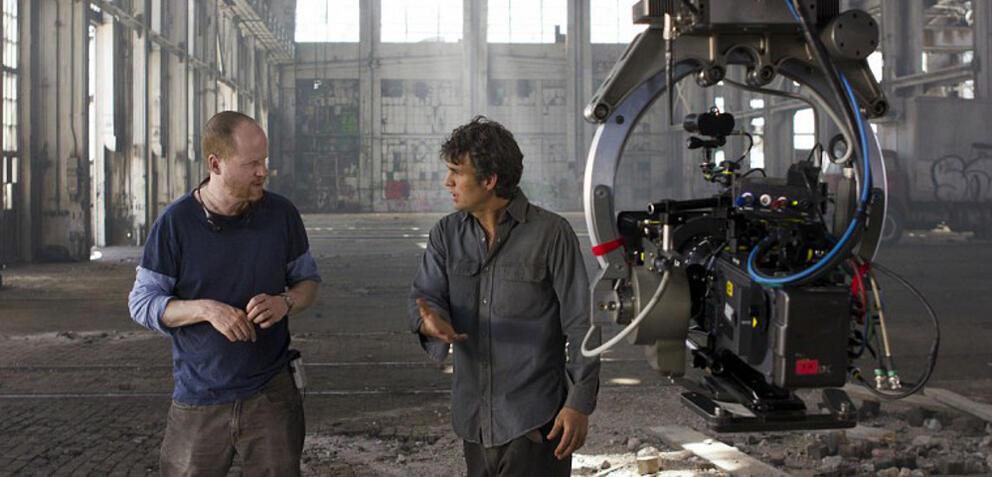 Joss Whedon und Mark Ruffalo am Set von Marvel's The Avengers 2: Age of Ultron