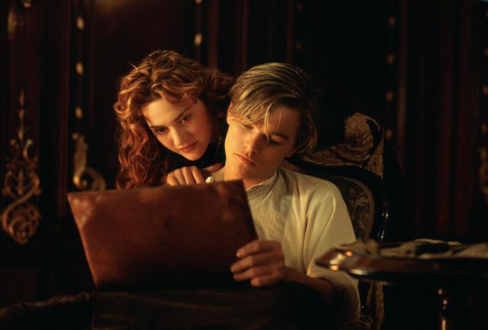 Die 5 BESTEN am Donnerstag, Passion of Arts, Leonardo DiCaprio und Kate Winslet in Titanic. Die beiden betrachten das Nacktbild, das er eben von ihr gemalt hat