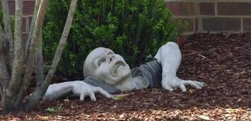 Bild zu:  Zombie-Statue im Vorgarten