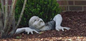 Zombie-Statue im Vorgarten