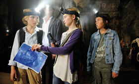 Luk (Justus Kammerer), Biggi (Helena Siegmund-Schultze) und Patrick (Bruno Schubert) suchen den Weg durch den Berg zum Mondscheinpalast, Munroe (Stipe Erceg) folgt den Kindern in sicherem Abstand.  - Bild 35