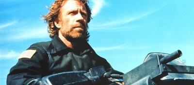 Ein altbekanntes Bild - Chuck Norris und seine Wumme, hier in Delta Force
