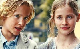 Luk (Justus Kammerer) und Biggi (Helena Siegmund-Schultze) auf dem Weg zum Pandagehege. - Bild 27