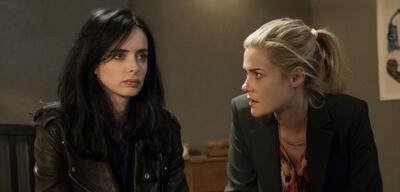 Krysten Ritter und Rachael Taylor in Marvel's Jessica Jones