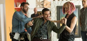 Lana Wachowski (rechts) am Set von Sense8