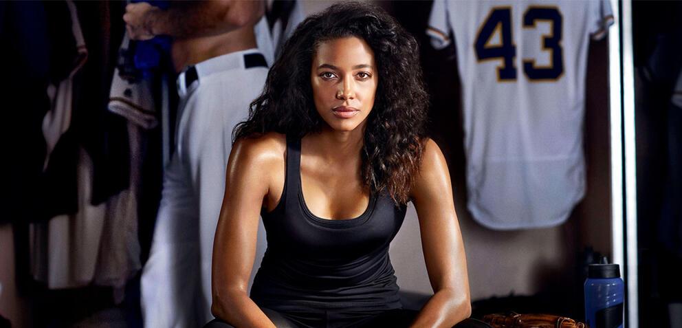 Kylie Bunbury startet in der Pilot-Episode zu Pitch als erste Frau in der Major League Baseball durch.