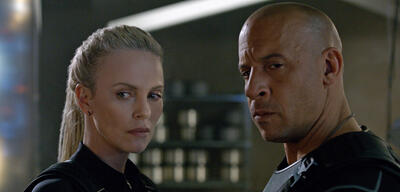 Vin Diesel und Charlize Theron in Fast & Furious 8
