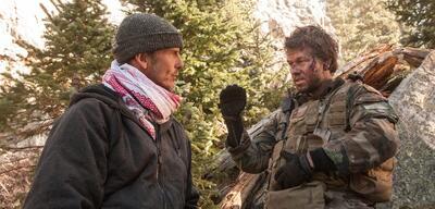 Peter Berg und Mark Wahlberg am Set von Lone Survivor