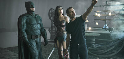 Zack Snyder (rechts) am Set von Justice League