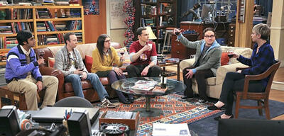 Ein Toast auf Mrs. Holowitz in The Big Bang Theory