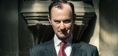 Mark Gatiss in Sherlock: Mit dem Blick könnte er auch Dracula spielen.