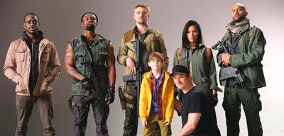 Olivia Munn mit Cast und Regisseur von Predator - Upgrade